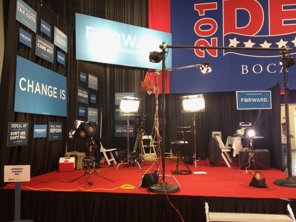Vanuit deze geïmproviseerde studio praten mensen van de Obama campagne met verschillende media.