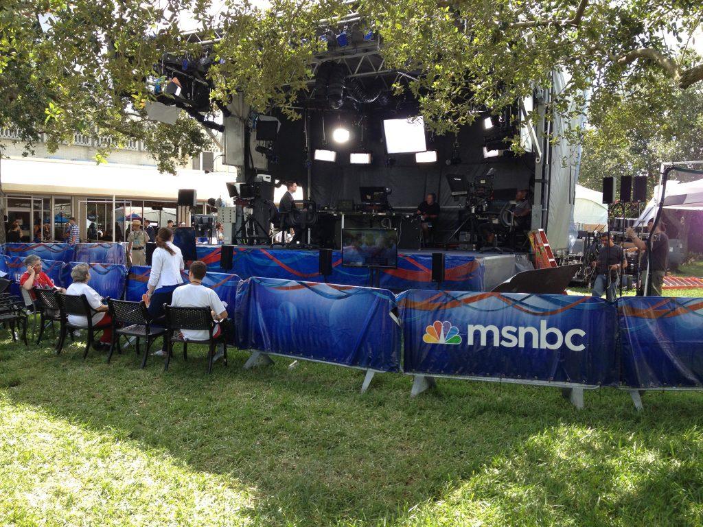 MSNBC zond programma's uit vanuit buiten. Zelfs in oktober was in Florida nog een aangename 25 tot 30 graden.