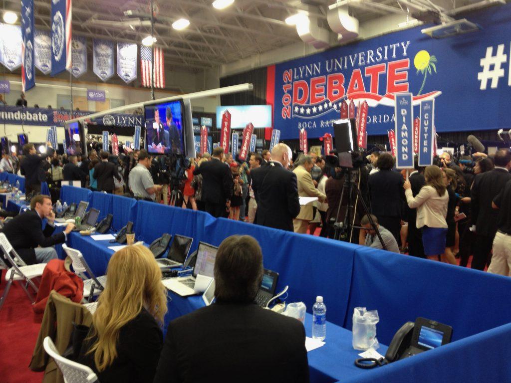 Een kwartier voor het einde van het debat komen prominente Democraten en Republikeinen binnenlopen. Zij stellen zich beschikbaar voor interviews. Op grote verticale borden staan hun namen.