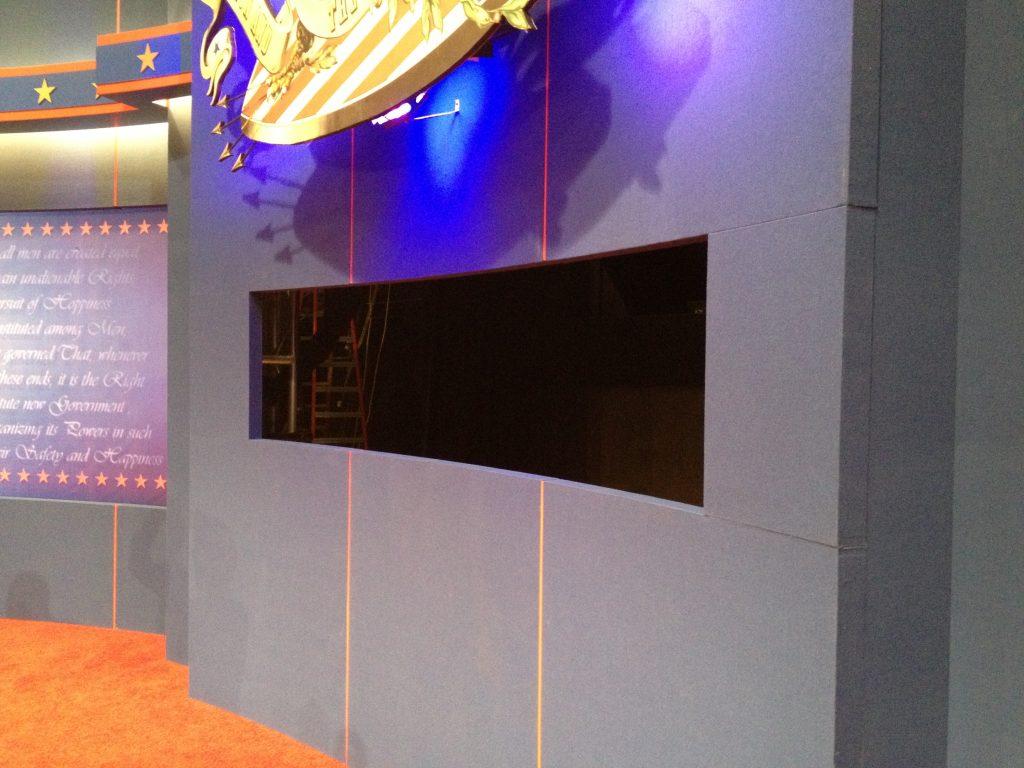 Vanuit dit gat in het decor wordt de moderator gefilmd.